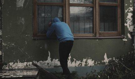 OPREZ, LOPOV NA VRATIMA: Usred dana ćelavi muškarac pokušao da uđe u stan, IMAO JE SMEŠNO OBJAŠNJENJE