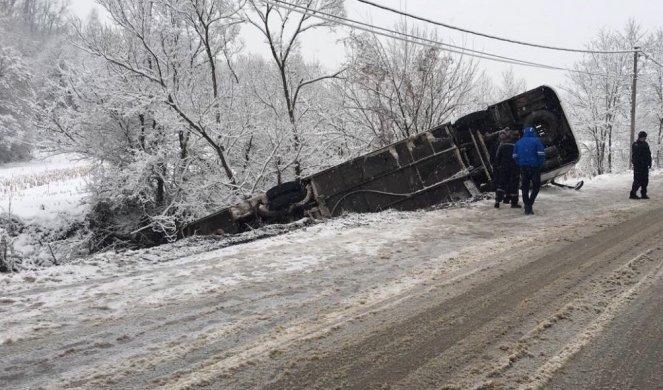 (FOTO) PREVRNUO SE AUTOBUS KOD LAZAREVCA, IMA POVREĐENIH! Vozač izgubio kontrolu zbog snega na putu!