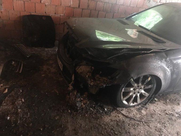 (FOTO) IZGOREO AUTOMOBIL PEVAČICE MAJE MARIJANE! Dva muškarca sa kupuljačama upala joj u garažu i zapalila mercedes!