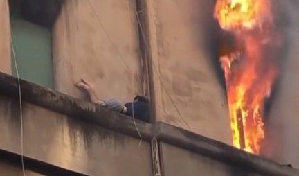(VIDEO) ČUDOM PREŽIVEO POŽAR! Mladić se OVIM potezom spasao od vatrene stihije!