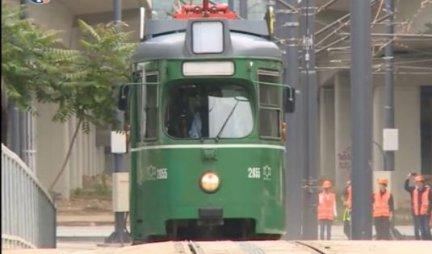 SVI ZNATE ZA PERON 9 i 3/4? Scena iz beogradskog tramvaja će vas NASMEJATI DO SUZA! Sam Hari Poter bi im POZAVIDEO! (FOTO)