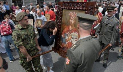 (FOTO/VIDEO) ČUDO U BEOGRADU NA SPASOVDAN! Ikona ZAMIROTOČILA kada su je vojnici podigli! VERNICI SE SA ZEBNJOM PITAJU - KAKAV JE OVO ZNAK SRBIMA I SRBIJI?!