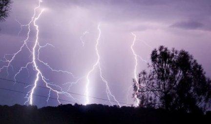 KADA NAPOLJU GRMI, OVO NIKAKO NE SMETE DA RADITE! Ukoliko nosite kišobran sa OVAKVIM VRHOM nalazite se u OPASNOSTI!