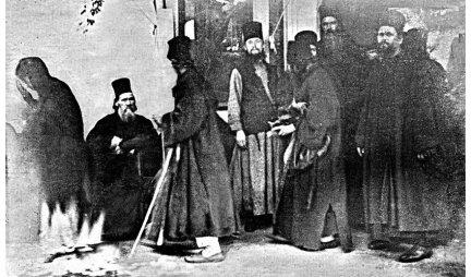 NA DANAŠNJI DAN NA SVETOJ GORI DOGODILO SE ČUDO, za koje ni posle 117 godina NEMA OBJAŠNJENJA! Monasi su se sabrali za fotografisanje, a onda se na slici pojavila ONA!