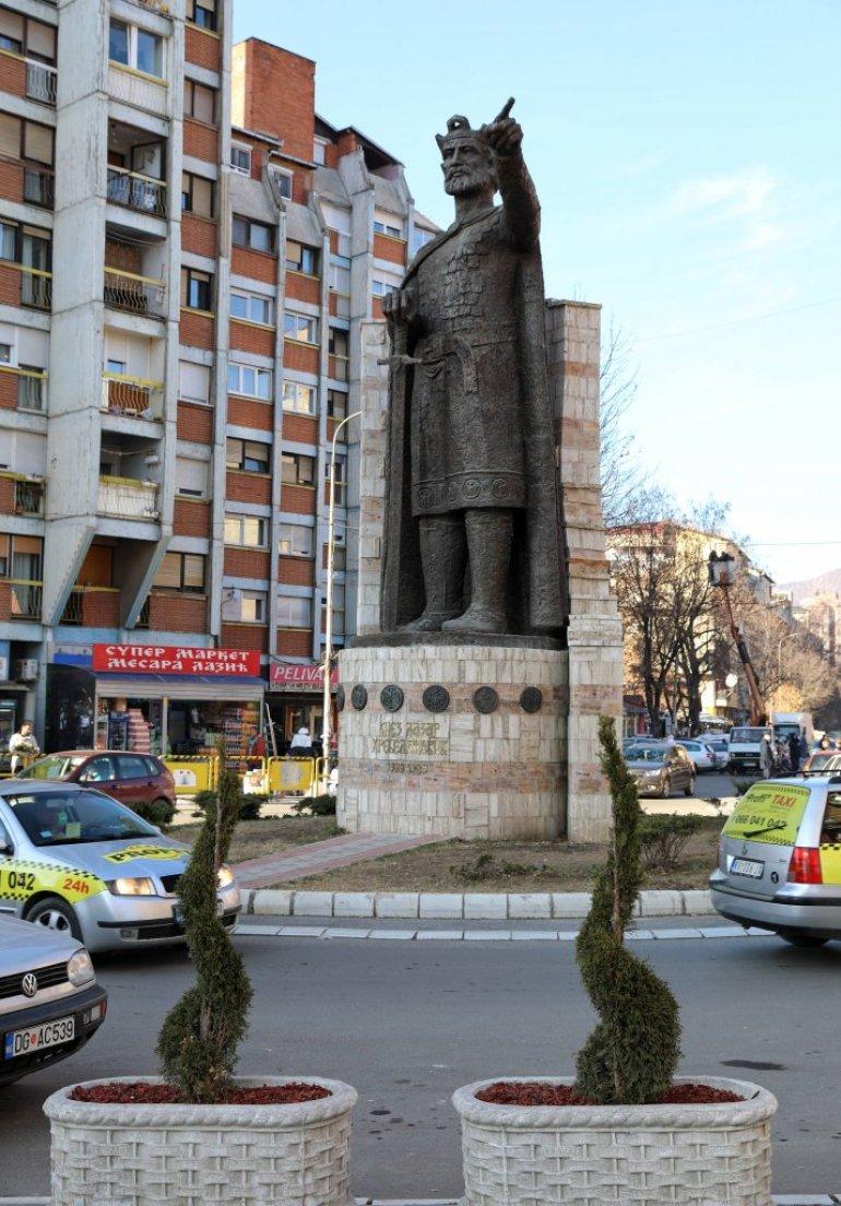 Visok 9 5 Metara Rukom Pokazuje Prema Ravanici Spomenik Knezu