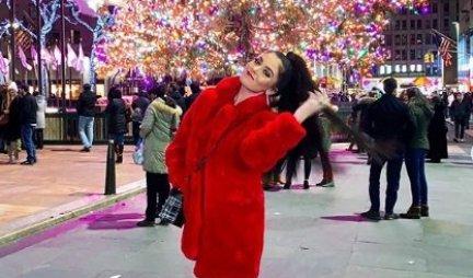 ONO IZA JE... ŠOK! Influenserka objavila novogodišnju fotku i izazvala haos na mrežama - uništila jednu PORODICU?! (FOTO)