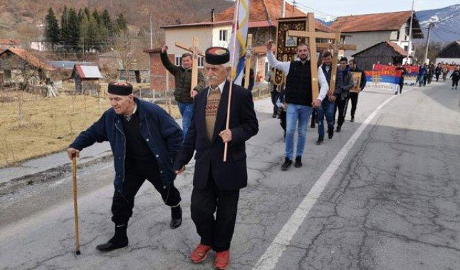 SRCE JUNAČKO! Čestite starine Novak (99) i Gojko (72) na čelu litije iz Murine (VIDEO)