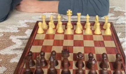 (VIDEO) NEĆETE VEROVATI! Odlučio je da igra ŠAH U KARANTINU, a kada mu vidite PROTIVNIKA ostaćete u ČUDU!