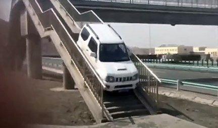 (VIDEO) PROMAŠIO IZLAZ SA AUTO-PUTA, pa je onda uradio nešto neshvatljivo! A evo i koliko ga je to koštalo!