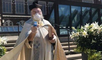 PUN ŠARŽER SVETE VODICE! Pogledajte kako dovitljivi sveštenik iz Amerike čuva vernike od KORONE! (FOTO)