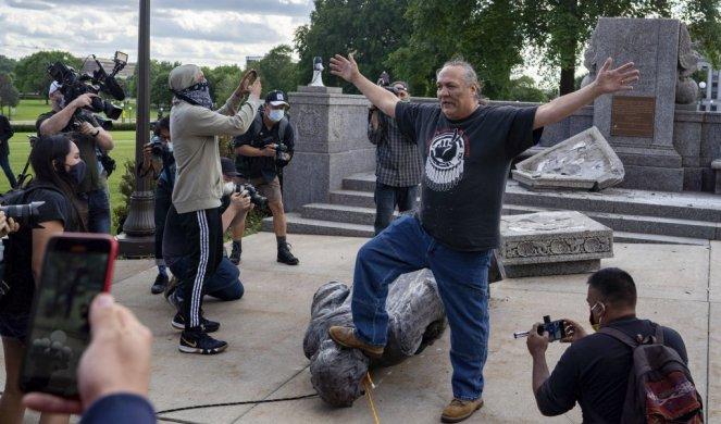 FOTO/VIDEO) OBEZGLAVLJENI I ZGAŽENI KOLUMBO! Statue brutalnog ...