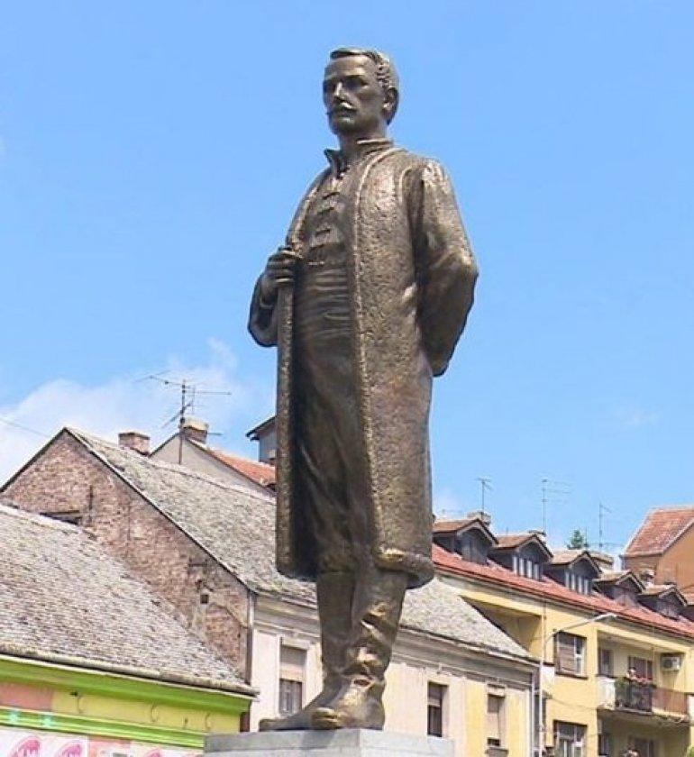 Na Cvetnom Trgu U Sapcu Postavljen Spomenik Jevremu Obrenovicu