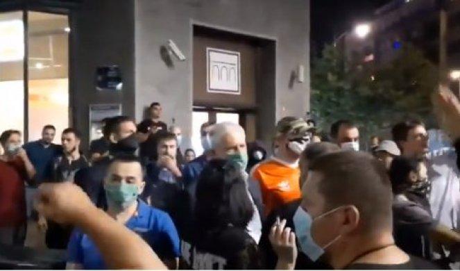 """(VIDEO) PROTESTANTI ODUVALI I TADIĆA! Skandirali mu """"Spasi Srbiju i ubi se, Borise""""!"""