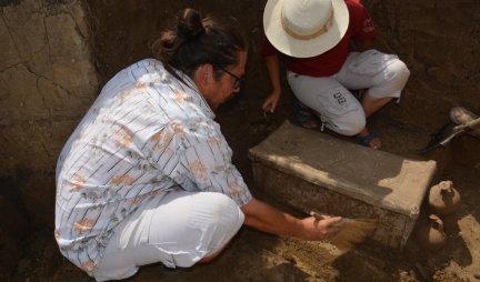 NEVEROVATNO OTKRIĆE U SRBIJI! Arheolozi u čudu, nisu mogli da veruju šta su pronašli kada su u kovčegu ugledali metalni listić (VIDEO)