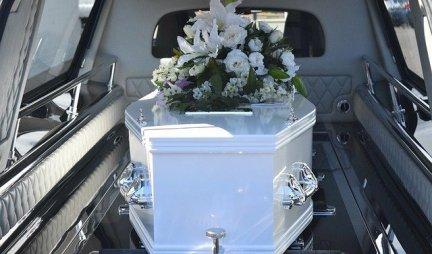ISPOSTAVILO SE DA BAKA IPAK NIJE MRTVA! Sve je bilo spremno za sahranu, a onda JE USTALA SA STOLA ZA OBDUKCIJU!