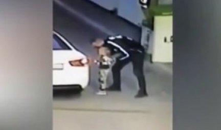 (VIDEO) KAMERE NA PUMPI ZABELEŽILE JEZIVU SCENU! Majka plaća račun, ćerka gleda igračke, a onda...