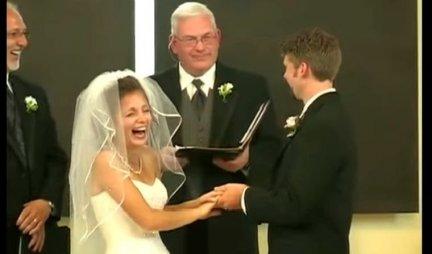 (VIDEO) Mlada PALA OD SMEHA usred venčanja, zvanice se pridružile! Evo šta joj je REKAO MLADOŽENJA!