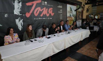 DRUŽILI SMO SE U KAFANI, UZ SUZE, OPROŠTAJE, PREBOLJEVANJA...Održana konferencija povodom premijere filma Toma!